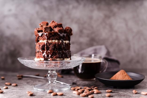 Pastel de chocolate con cacao en polvo y granos de café.