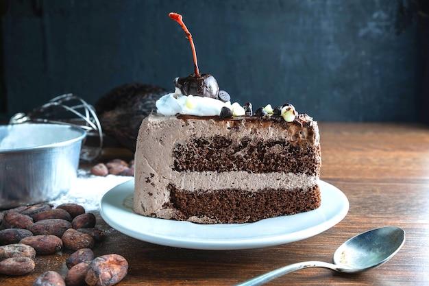 Pastel de chocolate y cacao sobre tabla de madera.