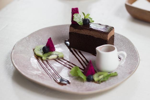 Pastel de chocolate en la cafetería.