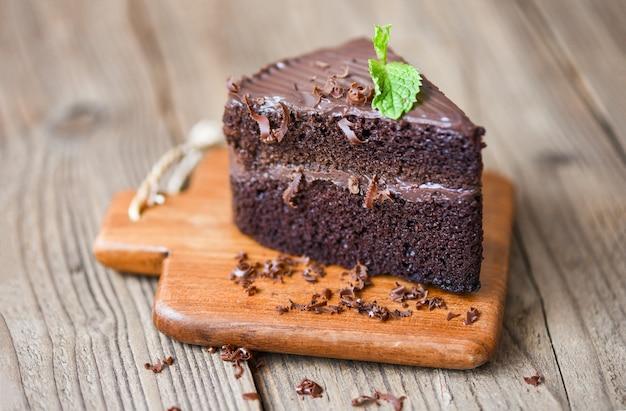 Pastel de chocolate delicioso postre servido sobre la mesa