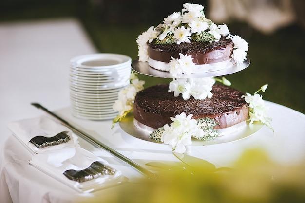 Pastel de chocolate con flores decorativas.