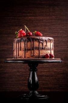 Pastel de chocolate con frutas del bosque