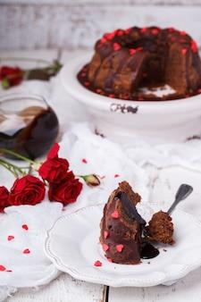 Pastel de chocolate con glaseado de chocolate día de san valentín