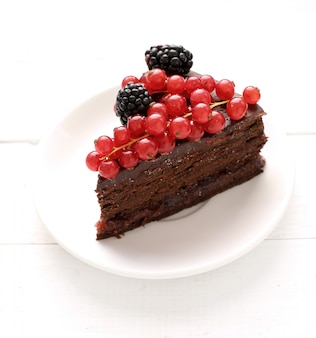 Pastel de chocolate con grosellas rojas y negras