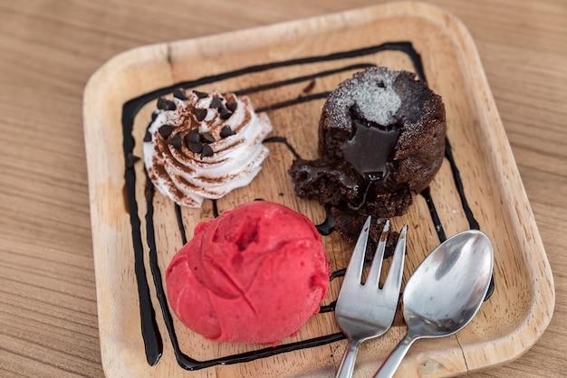 Pastel de chocolate y lava