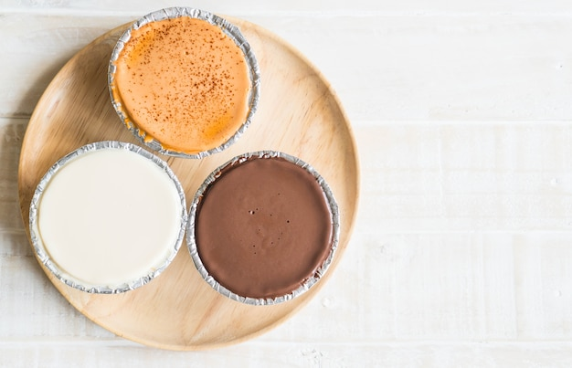 Pastel de chocolate, leche de vainilla y té de leche.