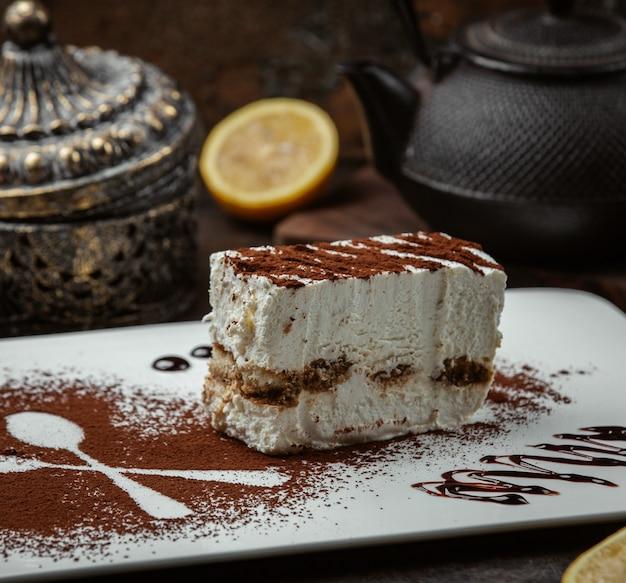 Pastel de chocolate con miel en el plato