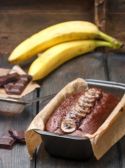 Pastel de chocolate (pan) con una banana