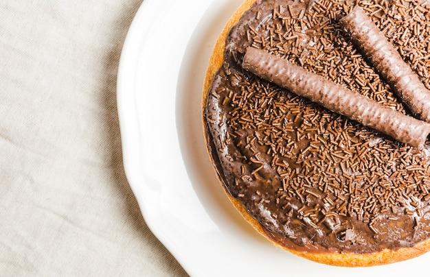 Pastel de chocolate plano con palitos de chocolate.