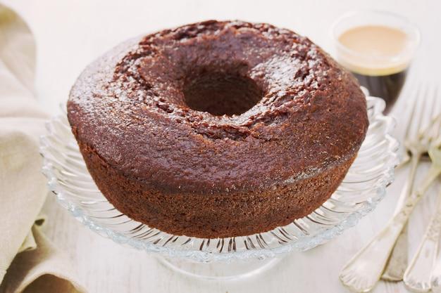 Pastel de chocolate en el plato con una taza de café