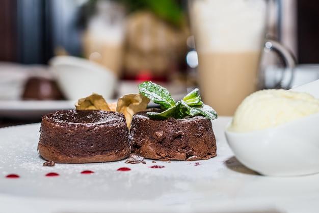 Pastel de chocolate con postre caliente