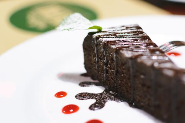 Pastel de chocolate para el postre después de la cena