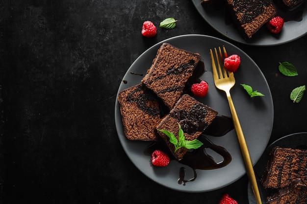 Pastel de chocolate servido con salsa de chocolate