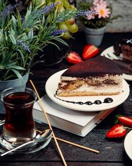 Pastel de chocolate sobre la mesa