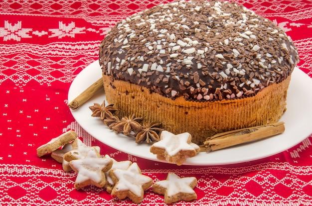 Pastel de chocolate sobre tela estampada navideña