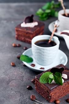 Pastel de chocolate con una taza de café.