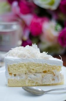 Pastel de coco en un plato blanco