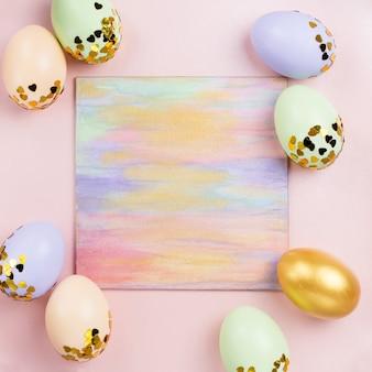 Pastel coloridos huevos de pascua decorados en lentejuelas sobre fondo pastel, copia espacio. feliz, tarjeta de felicitación de pascua