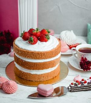 Pastel con crema batida y fresas