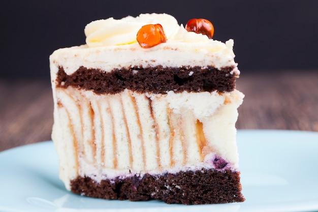 Un pastel de crema de mantequilla.
