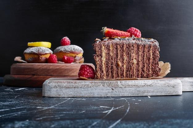 Pastel de crepe de chocolate sobre una tabla de madera.