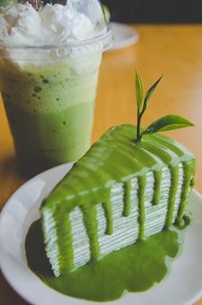 Pastel de crepé de té verde y té verde helado