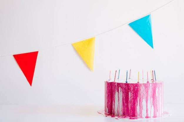 Pastel de cumpleaños y coloridos banderines