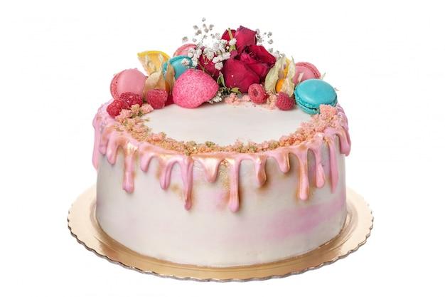 Pastel de cumpleaños para el cumpleaños de la niña. sobre un fondo blanco
