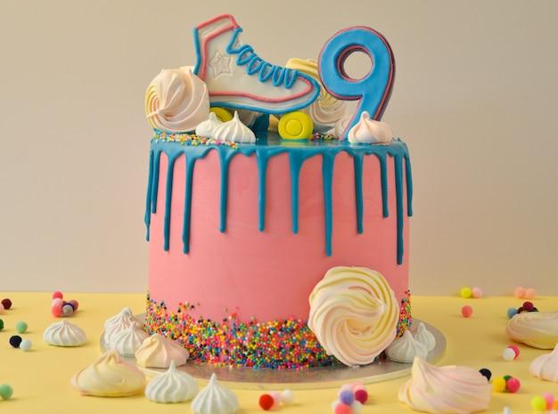 Pastel de cumpleaños drip pink para cumpleaños de 9 años.