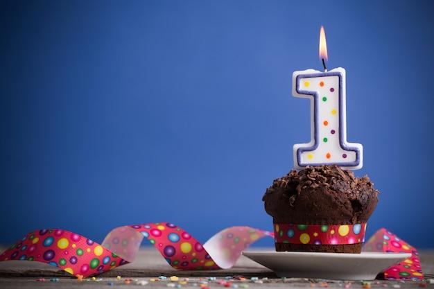 Pastel de cumpleaños en mesa de madera