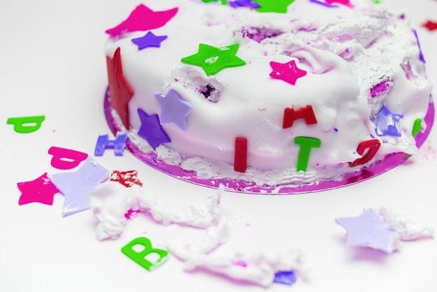 Un pastel de cumpleaños para un niño pequeño que lo rompió