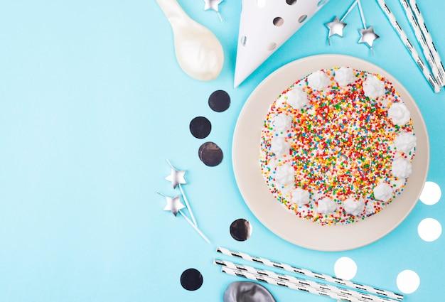 Pastel de cumpleaños de vista superior con espacio de copia
