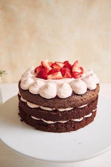 Pastel delicioso y dulce con fresas y baiser en un plato