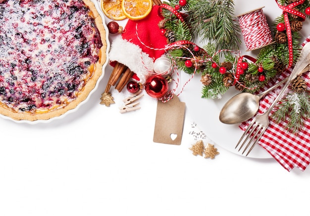 Pastel delicioso junto a decoración navideña