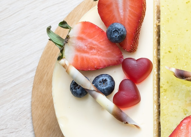 Pastel dulce decorado con corazones para el día internacional de san valentín