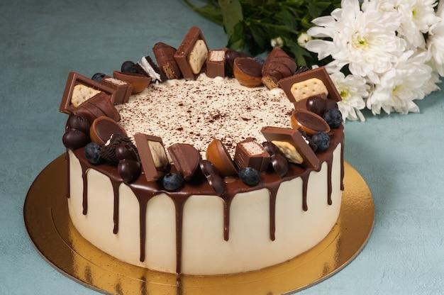 Pastel dulce decorado con cubitos de chocolate con leche y bayas
