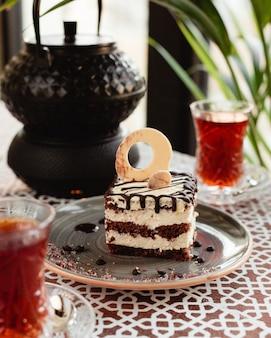 Pastel dulce con té