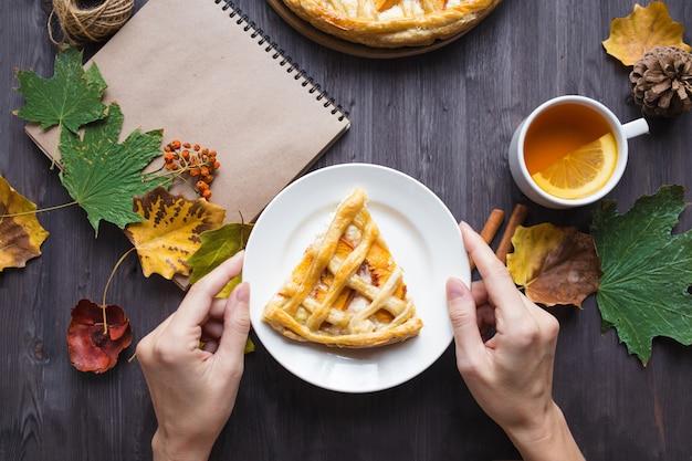 Pastel con duraznos y calabaza y té de limón.