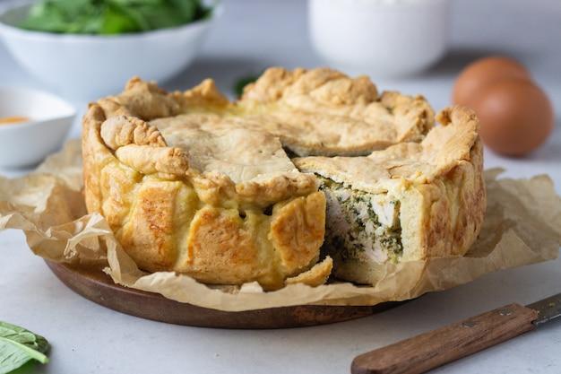 Pastel de espinacas, pollo y ricotta con hojas de espinacas frescas, ricotta y huevos.
