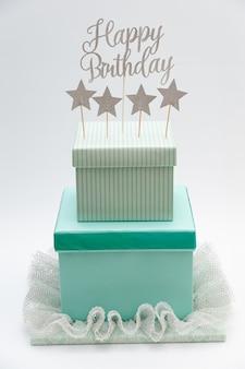 Pastel falso - pastel de caja de regalo de bricolaje. tarta de cumpleaños hecha con cajas.