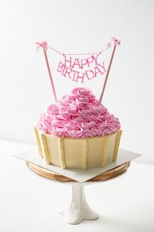 Pastel de feliz cumpleaños en mesa blanca con espacio de copia
