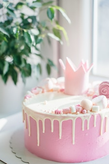 Pastel de feliz cumpleaños rosa para niña