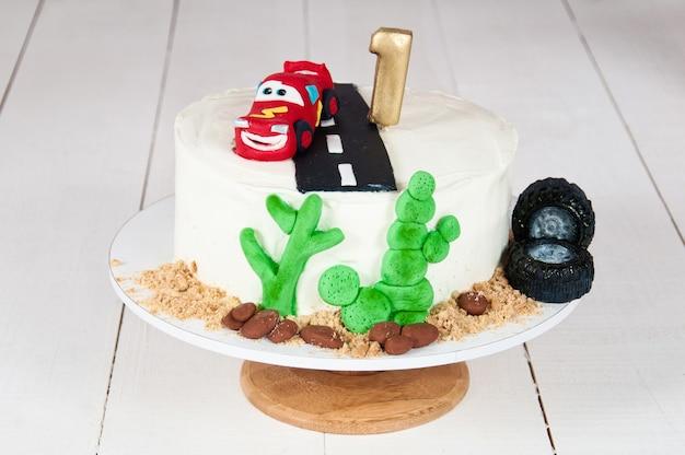 Pastel festivo con un coche de cumpleaños durante 1 año.