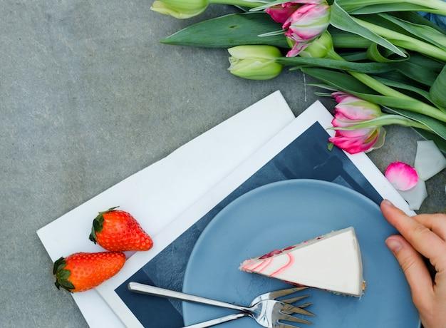 Pastel, flores de tulipán de primavera. hermoso desayuno