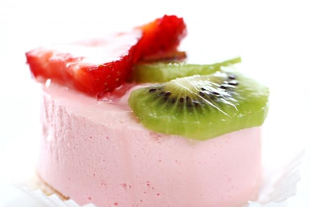 Pastel con fresa y kiwi