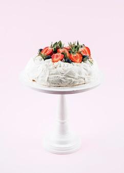 Pastel con fresas en el stand