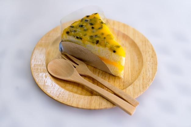 Pastel de fruta de la pasión en placa de madera