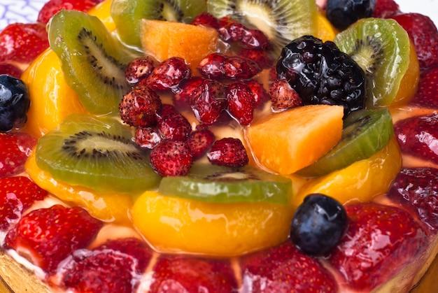 Pastel con frutas frescas