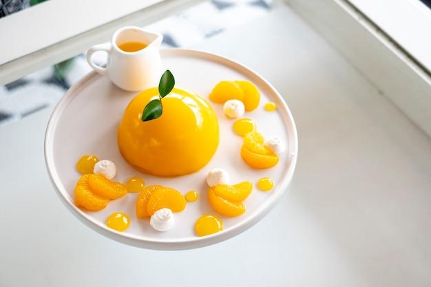 Pastel de frutas mínimo de naranja