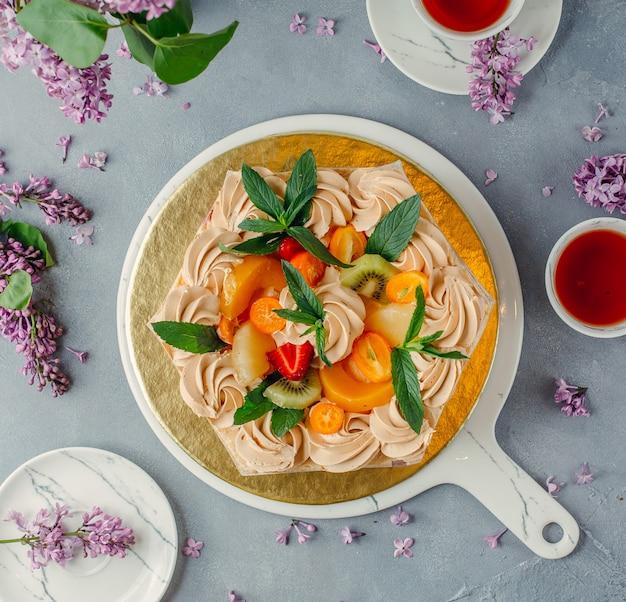 Pastel de frutas en el plato sobre la mesa